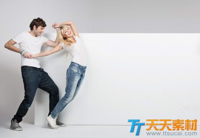 开心情侣与空白广告牌高清图片