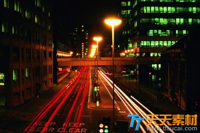 繁华都市路灯下车流夜景高清图片