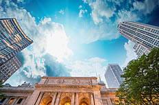 蓝天下的纽约公共图书馆高清图片