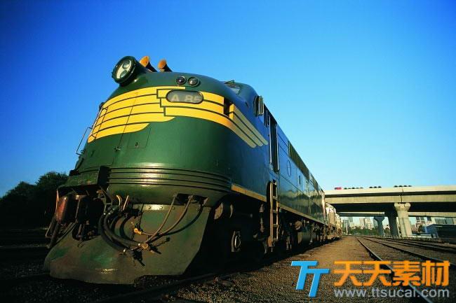 仰视火车高清图片
