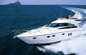 碧海蓝天的白色游艇高清图片
