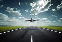 正对面飞机起飞的高清图片素材
