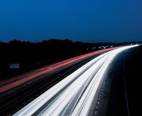 夜间交通运输高速道路车灯高清图片