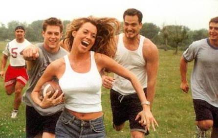 女生橄榄球奔跑户外运动人物图片