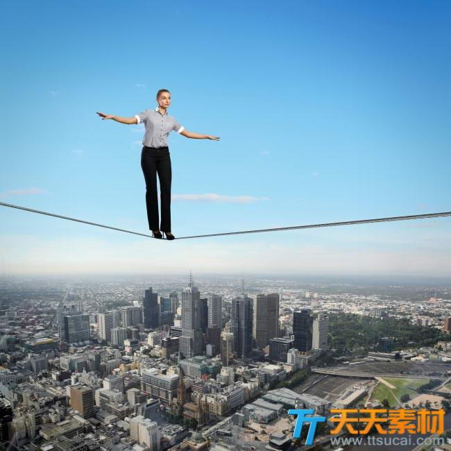 高空中走钢丝的职场美女图片