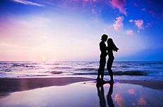 黄昏浪漫情侣剪影海边唯美图片素材