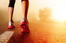 清晨跑步女生的脚步特写图片