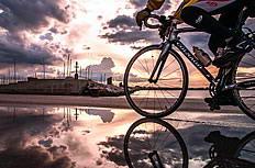 黄昏海边户外骑行者图片