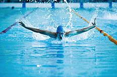 游泳池游泳的运动员图片